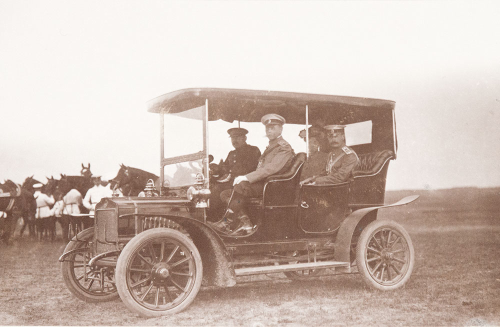 Baron V.B. Fredericks and his entourage in the car brand Mersedes Simples.